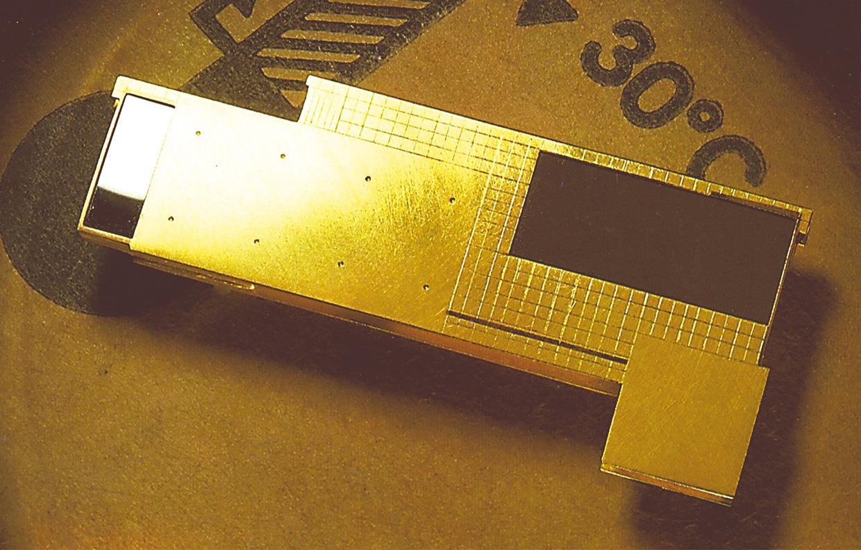 Brosche  1988  Barcelona  1  Gold 750  58x25  mm