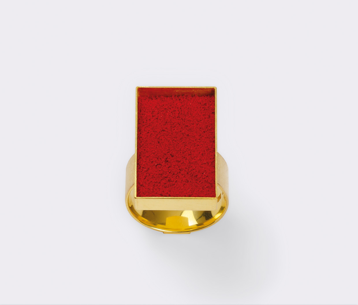 Ring  2011  Gold  750  rotes  Farbpigment  15x22  mm