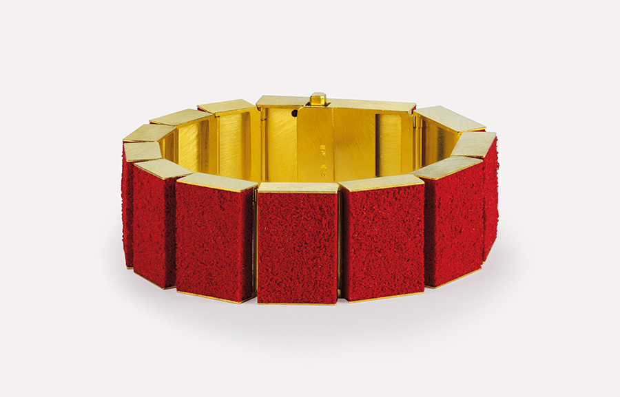 bracelet  2011  gold  750  red  pigment  178x21x6.5  mm